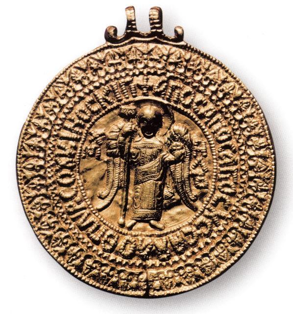 Золотая подвеска-змеевик («черниговская гривна»), возможно принадлежавшая князю Владимиру Мономаху. Чернигов. XI в. ГРМ.