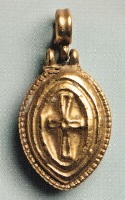 Полый золотой медальон-подвеска с тиснёным изображением креста. Херсон. VII—IX вв. ГИМ.